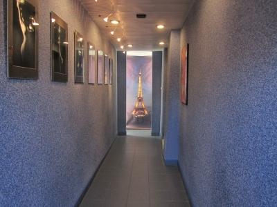 Wejście do sklepu. Na ścianach mini galeria zdjęć.